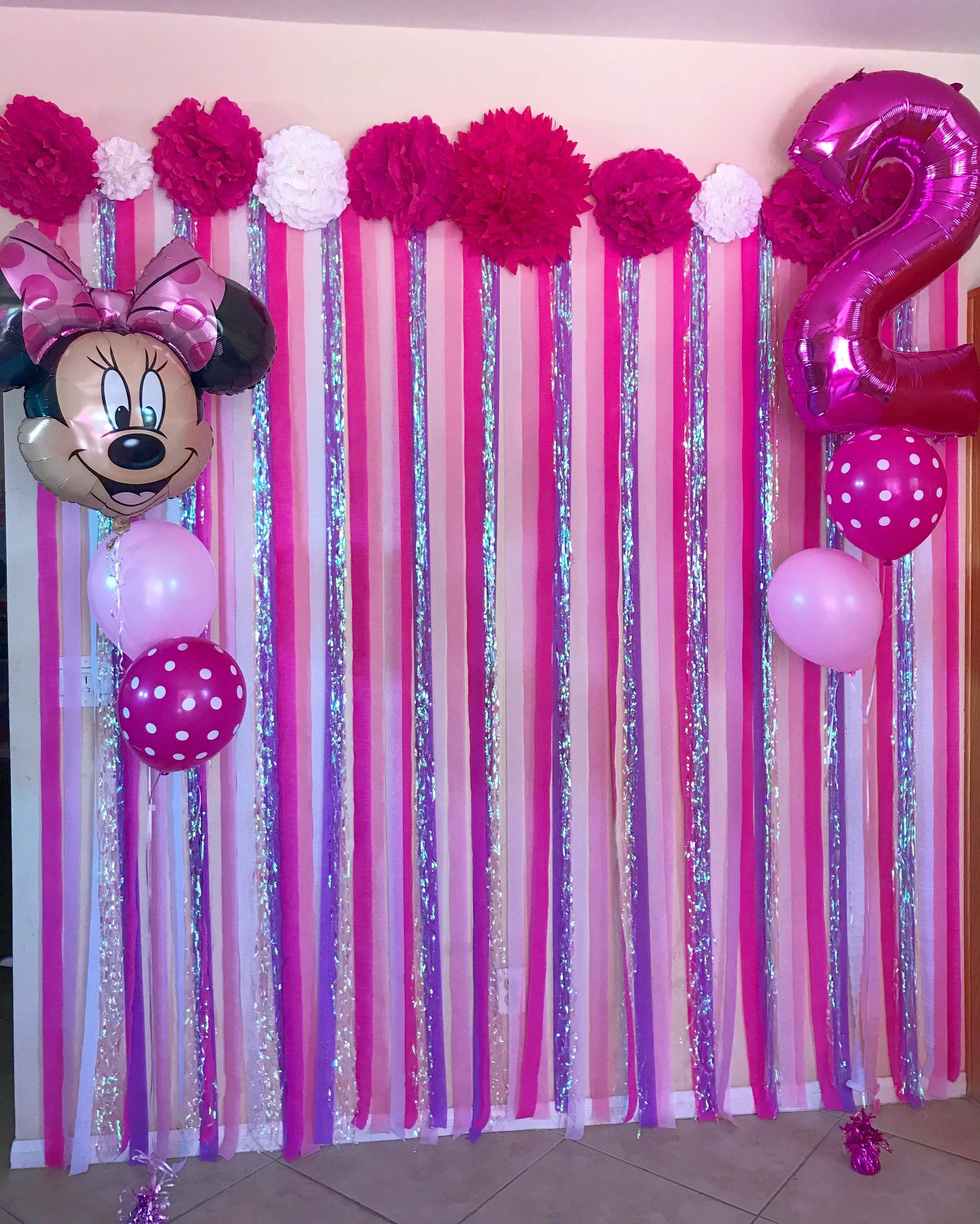 DIY Minnie Mouse themed photo streamer wall